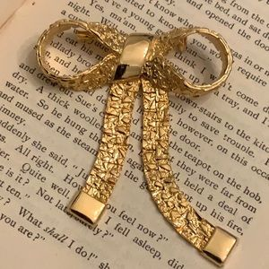 Vintage Animated Textured Gold Tone Bow Brooch